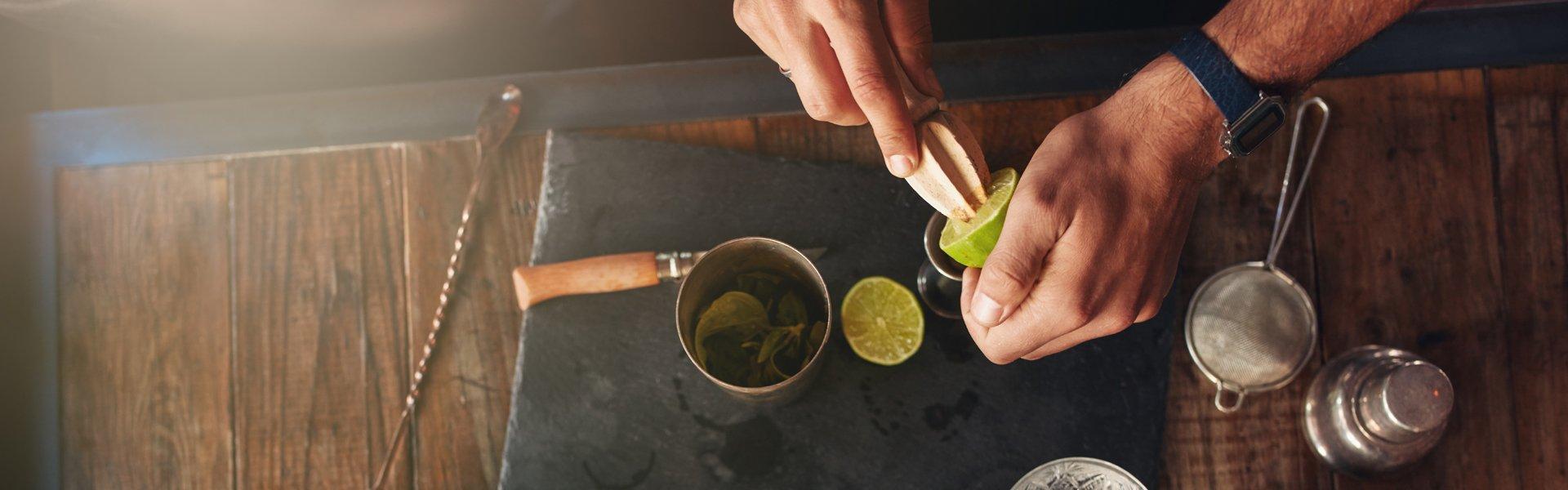 un tagliere con ingredienti per un cocktail