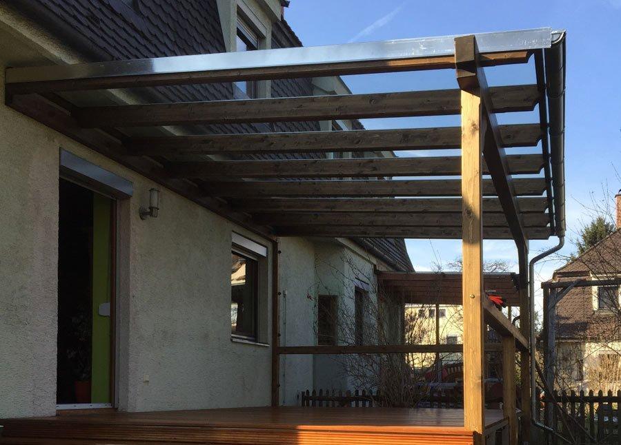 Überdachung aus Holz und Glas