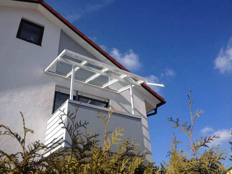 Balkonüberdachung aus Glas im ersten Stock