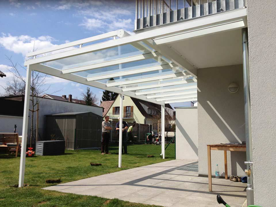 Terrassenüberdachung aus Glas und Metall im Garten