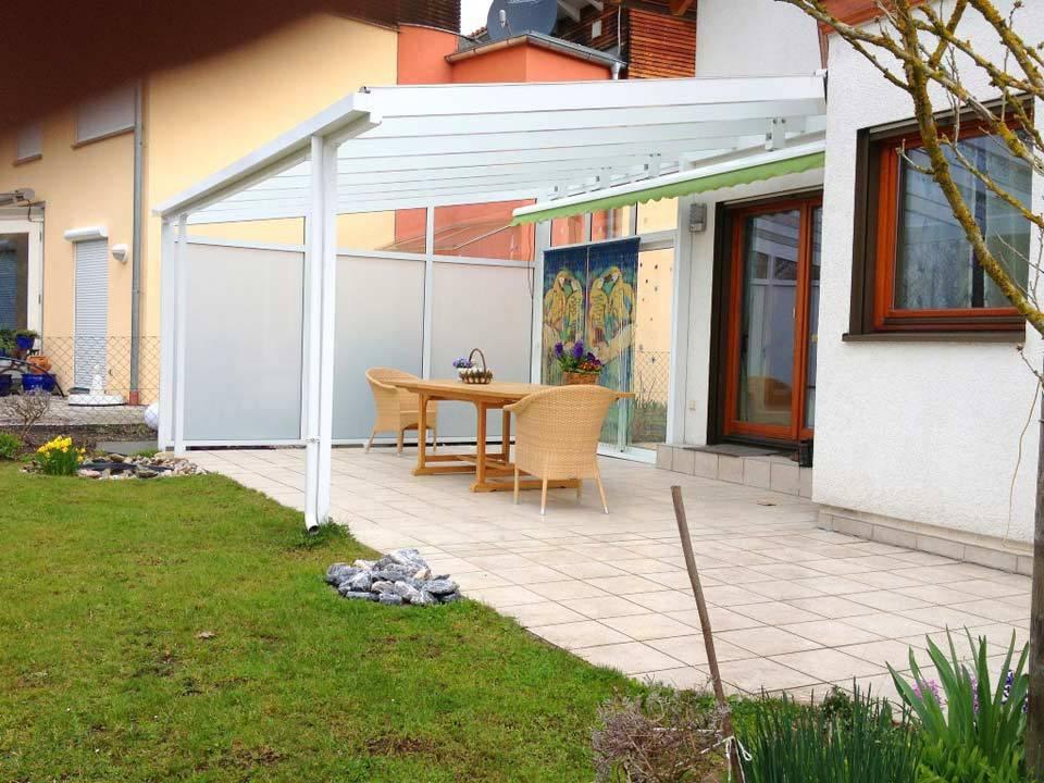 Terrassenüberdachung aus Glas und weißen Metall
