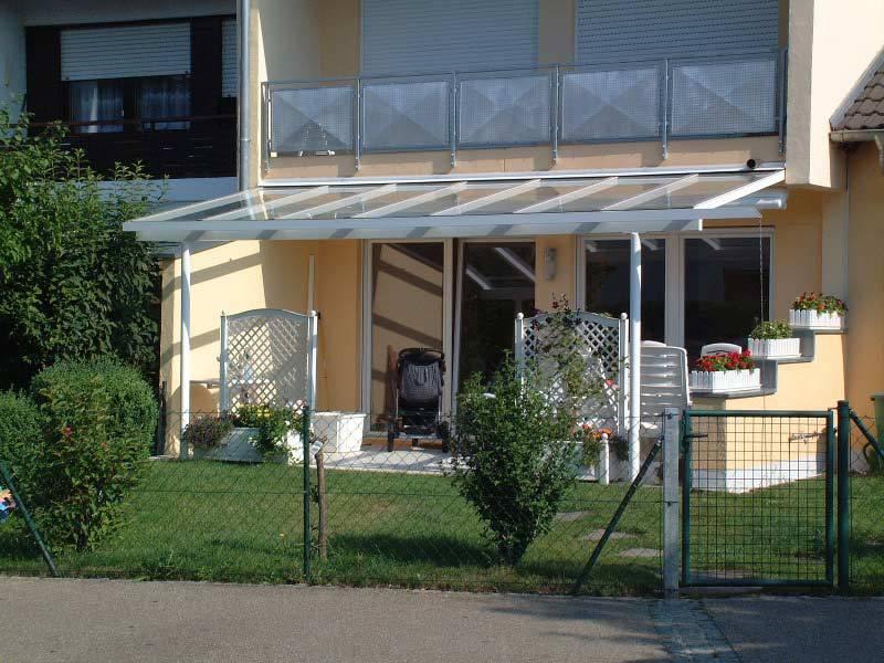 Terrassenüberdachung aus Glas und Metall mit Vorgarten