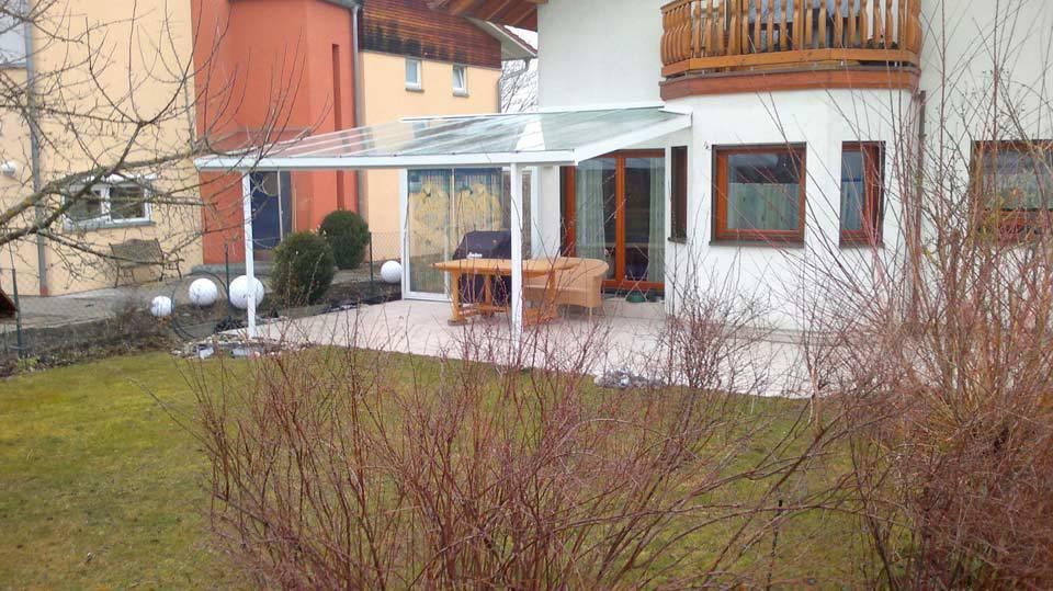 Garten in Bayern mit Terrassenüberdachung aus Glas