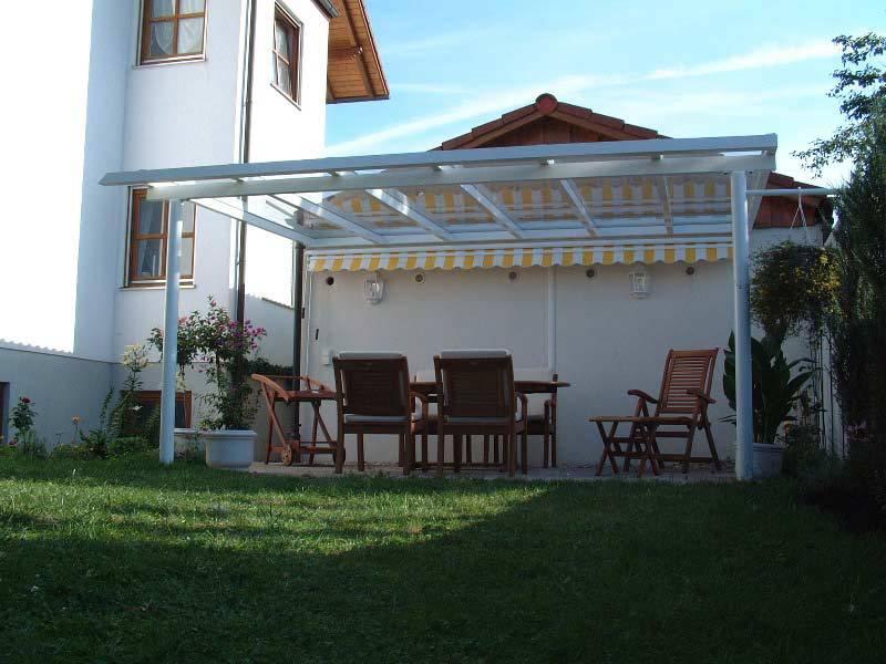 Terrassenüberdachung aus Glas in Garten