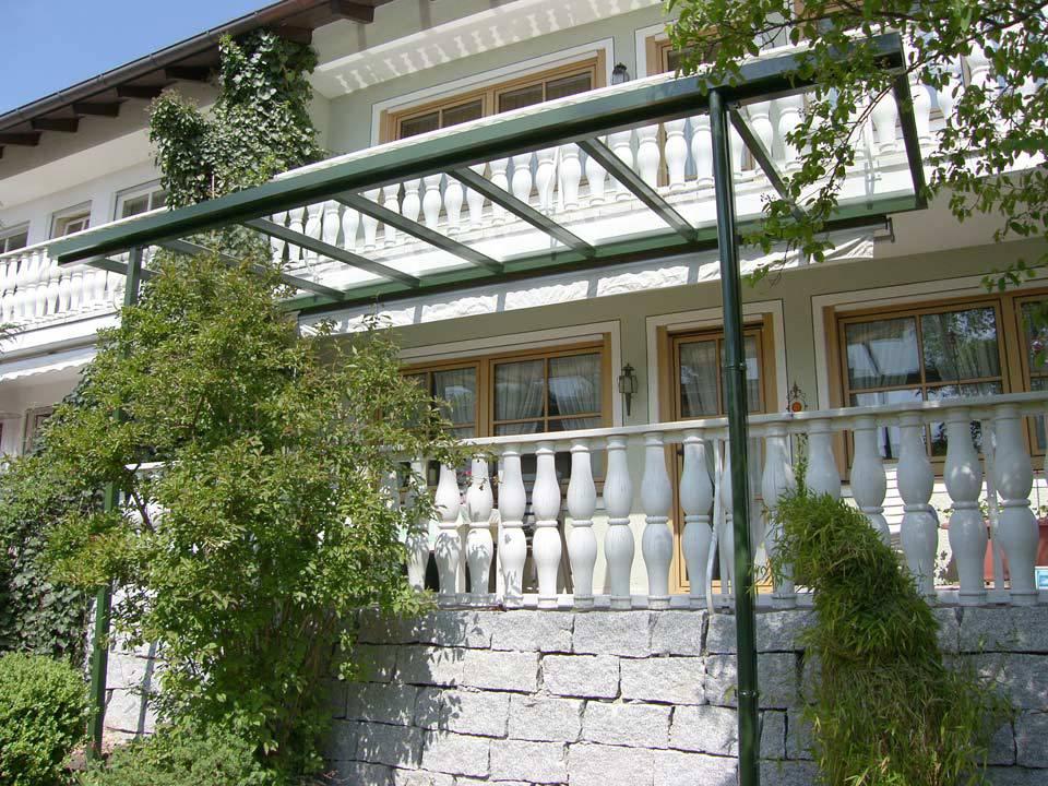 Moderne Überdachung aus Glas vor alten Haus