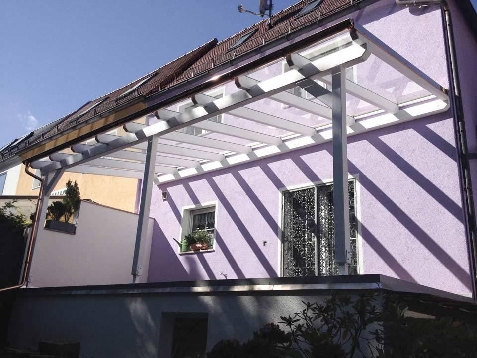 Lila Haus mit Überdachung aus Glas und Metall