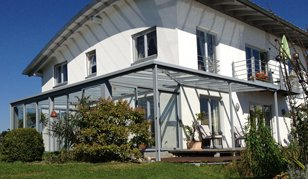 Moderne Überdachung aus Glas und Metall