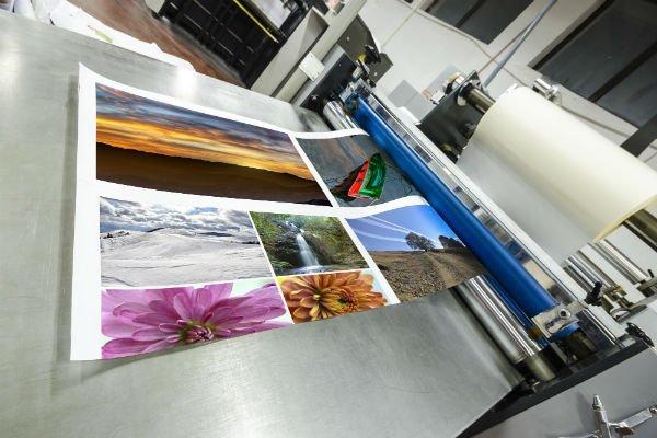 una stampante e una stampa con delle immagini