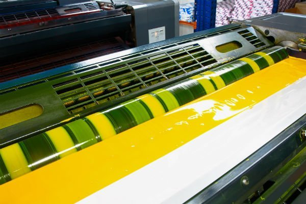 rullo di una stampante con dell'inchiostro giallo e verde