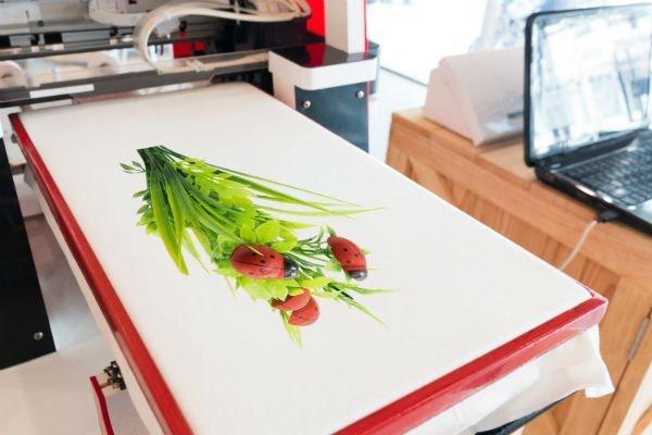 una stampa con l'immagine di alcune coccinelle su dell'erba