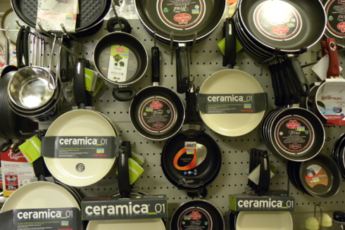 Il negozio vende pentole in ceramica e altri utensili domestici