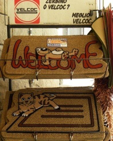 Nel punto vendita vi sono tappeti e zerbini