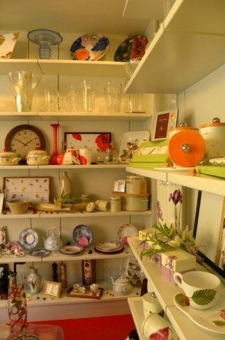 Nel negozio dei Fratelli Benassi troverete orologi e vasi di vetro
