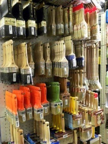 Il negozio vende pennelli e pennellesse