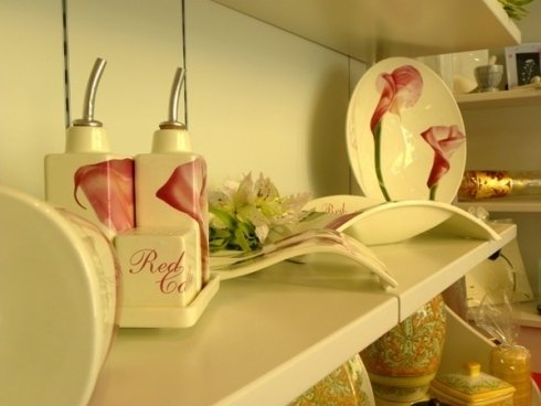 Nel punto vendita vi sono piatti decorati
