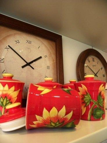Il negozio si occupa della vendita di tazze e orologi