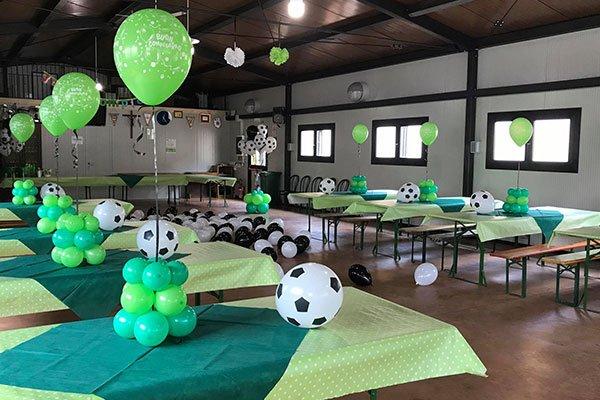 sala con palloncini verdi