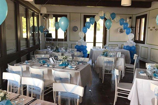 sala con palloncini bianchi e azzurri
