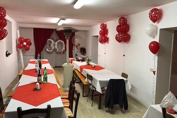 stanza addobbata con palloncini e tende rosse