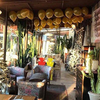 palloncini gialli sul soffitto