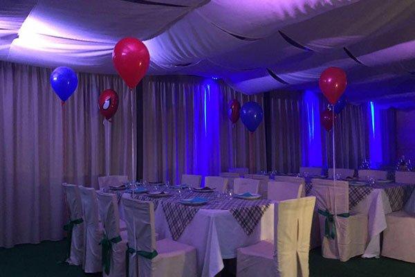 sala con palloncini rossi e blu