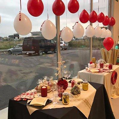serie di palloncini bianchi e rossi alle finestre