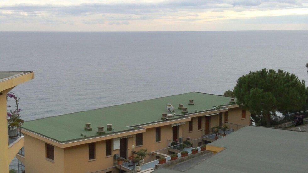 tetto ardesiato verde condominio Rocce di Capo Mimosa Cervo