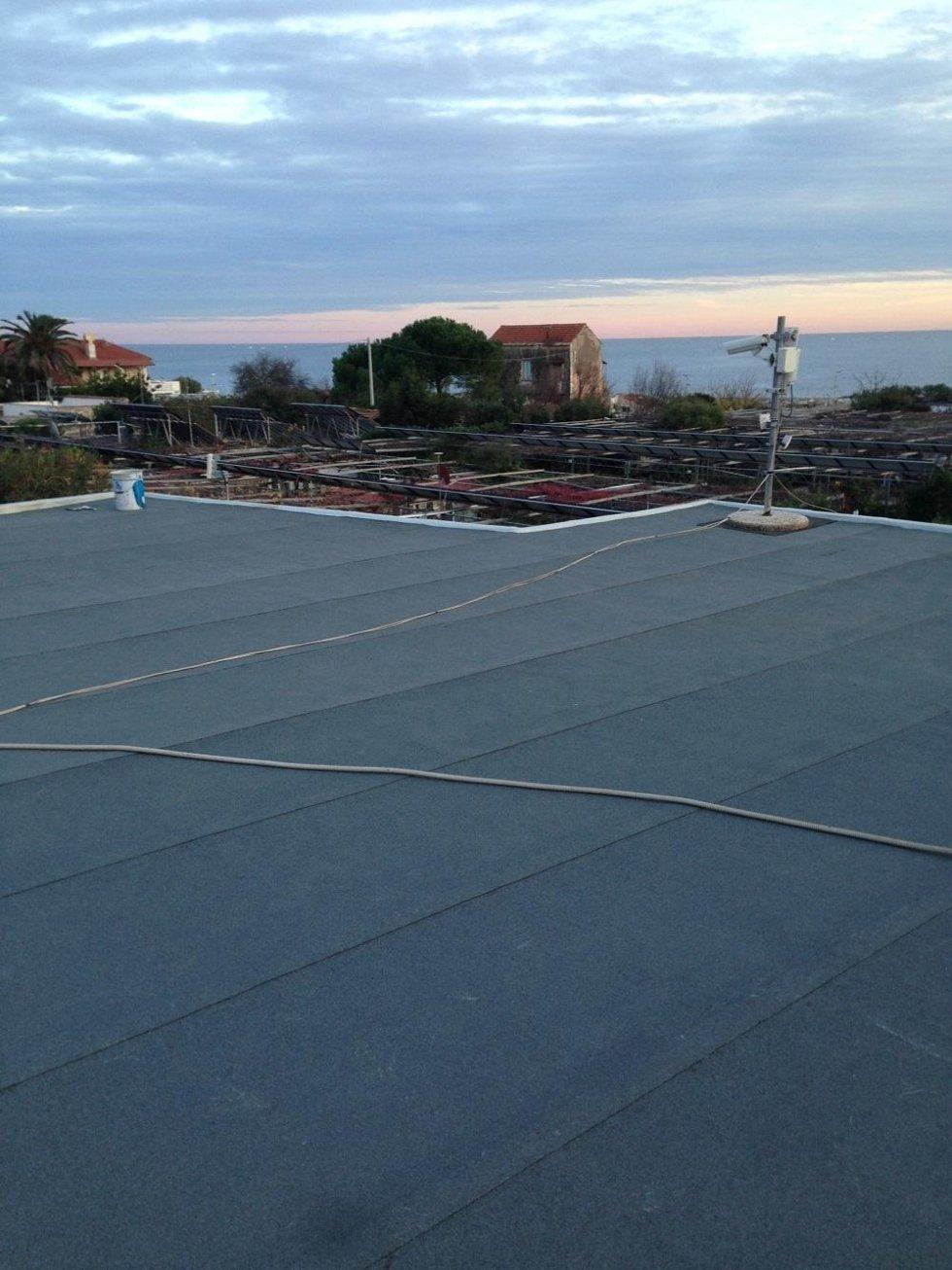 guaina ardesiata su tetto piano Camping Lino Cervo