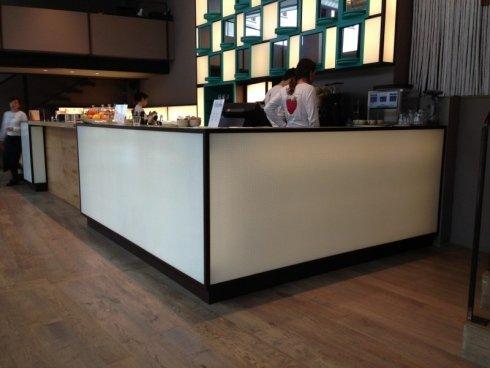 banconi da bar in vetro, allestimento in vetro per bar