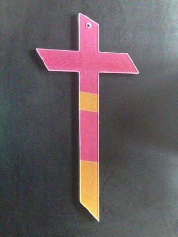 croce in vetro colorato. accessori in vetro