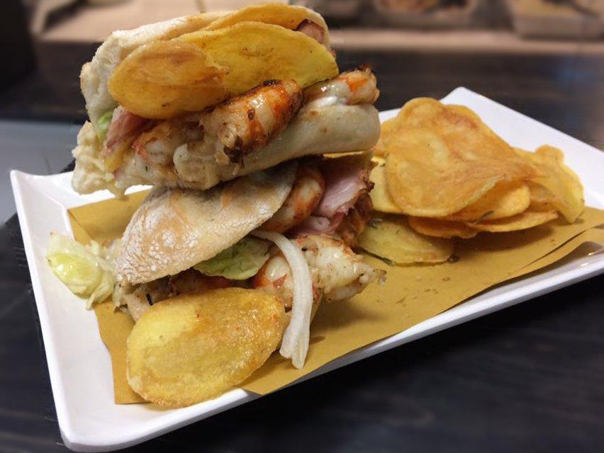 panini con pesce e contorno di chips