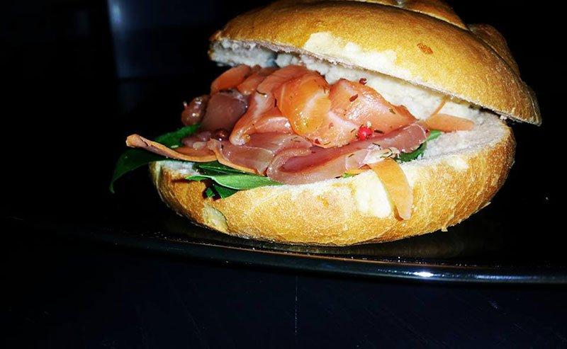 un panino con del pesce