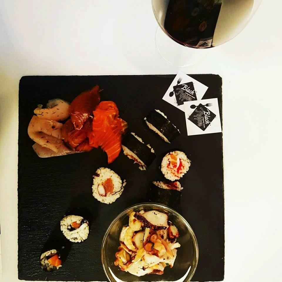 un piatto a base di sushi
