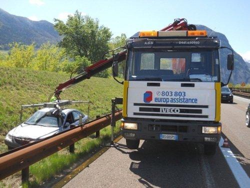 soccorso stradale auto mentre assistenza per una macchina