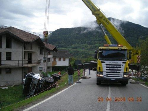vista frontale di un intervento soccorso stradale camion per macchina