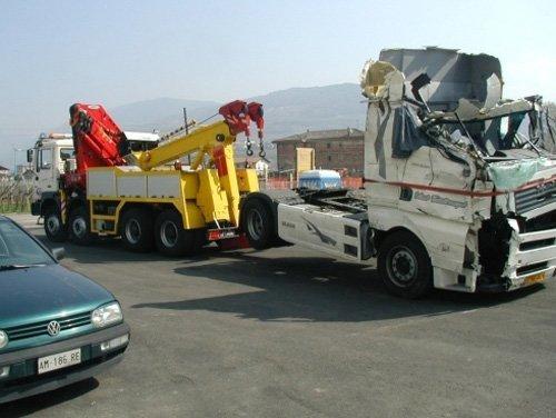 vista di pronto soccoroso stradale camion con macchina