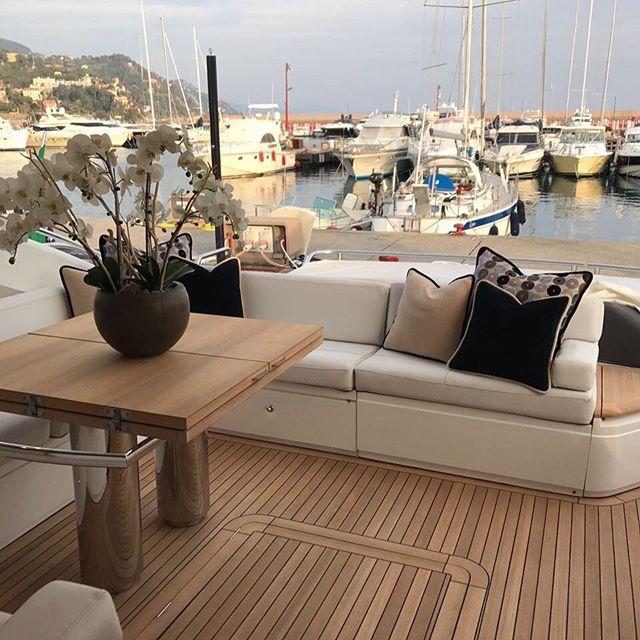 Divano moderno su una barca