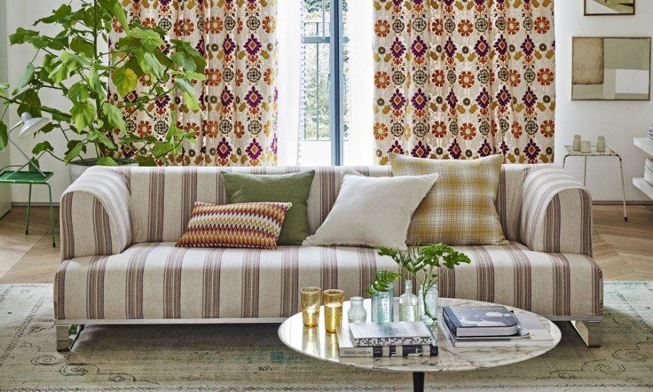 divano a righe in un soggiorno