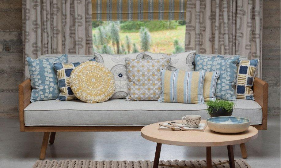 divano con assortimento di diversi cuscini