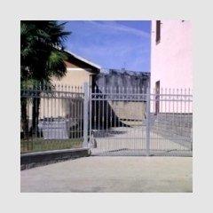 Portone e recinzione in paletti quadri