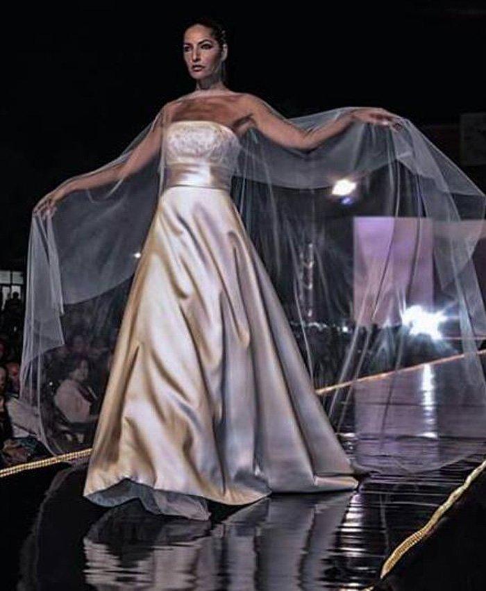 sposa con mantello trasparente