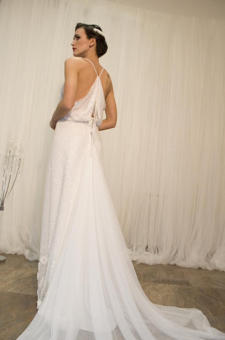 modella di spalle con abito bianco in pizzo