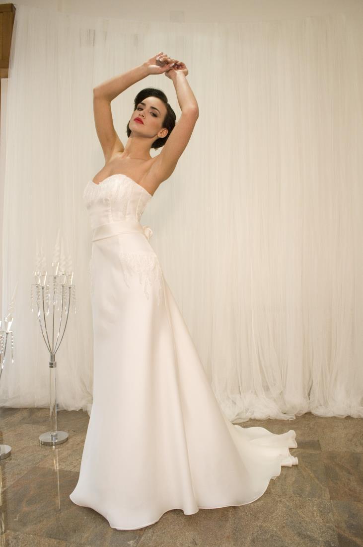 modella con abito bianco in pizzo