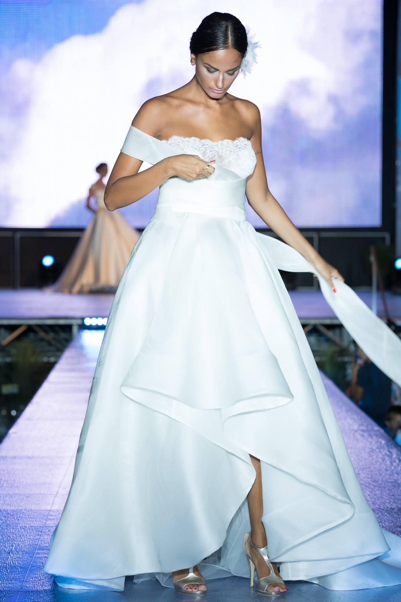 una modella che sfila con la collezione abiti sposa 2018