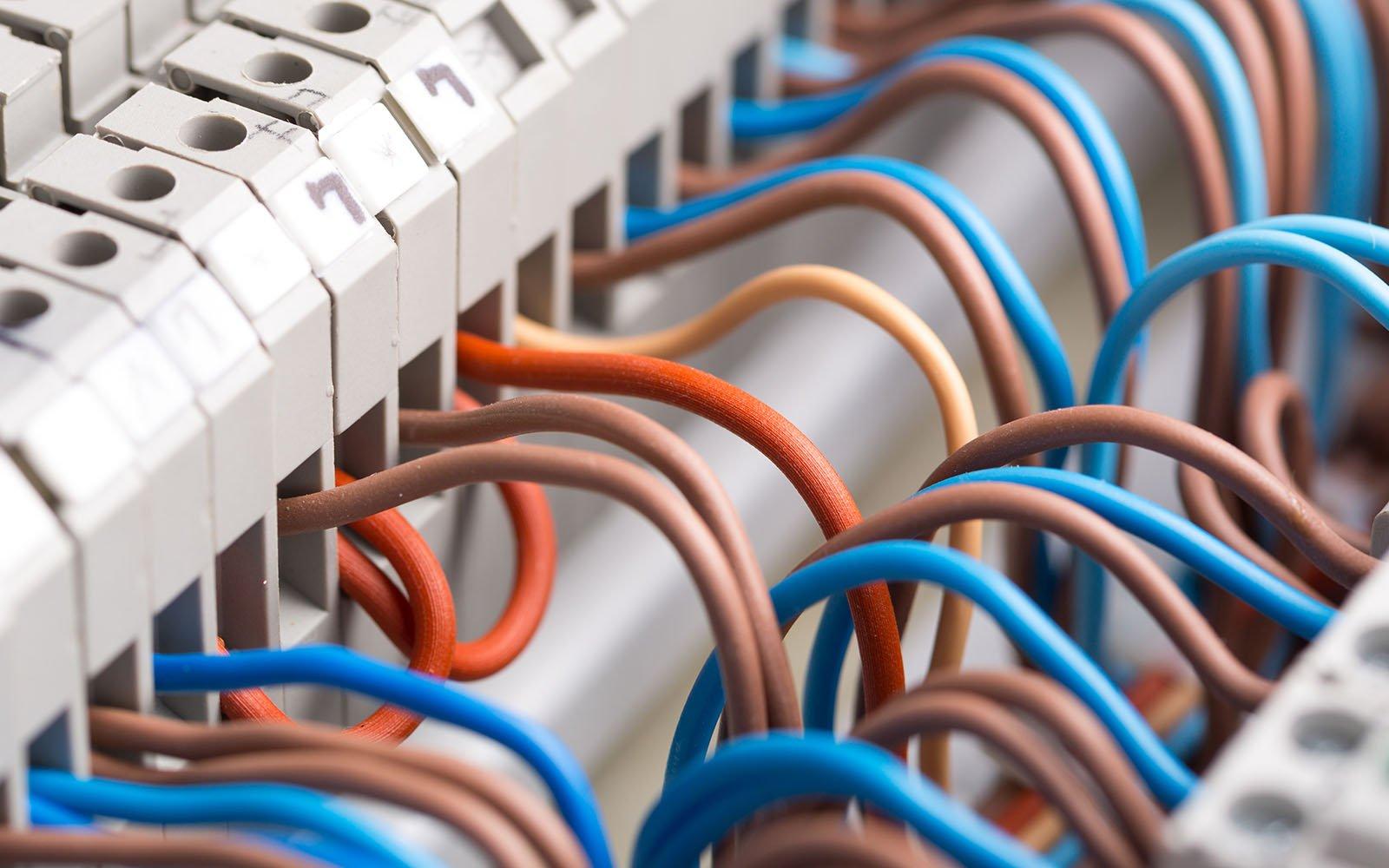 Primo piano del cablaggio di un sistema electrico
