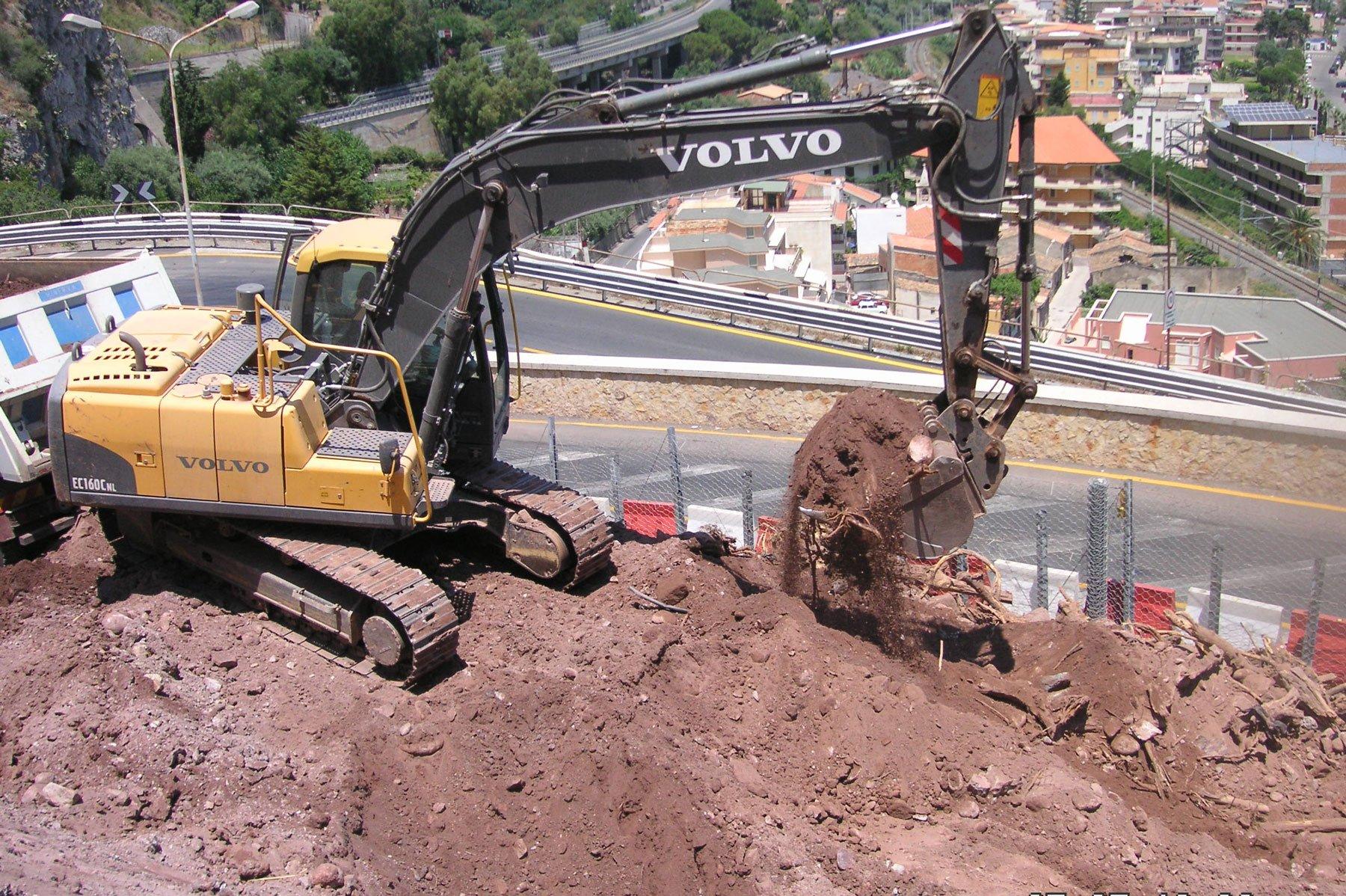 una scavatrice che solleva della terra