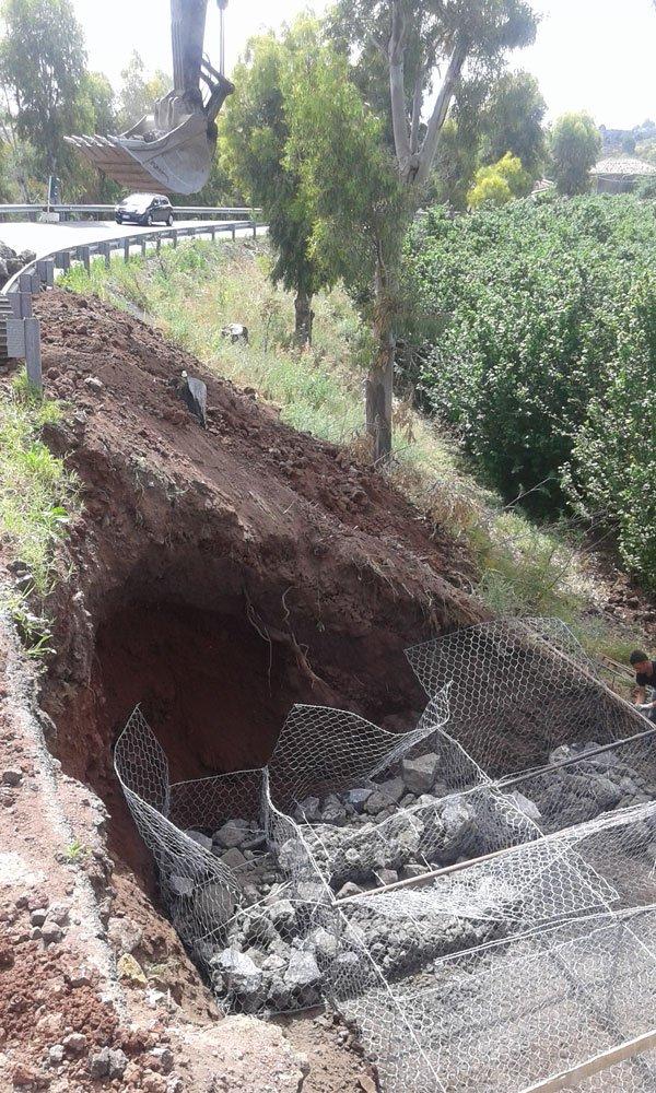 uno scavo e una rete metallica per terra