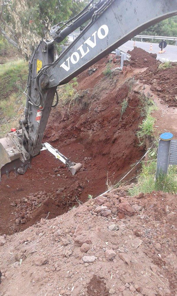 uno scavo e il braccio di una scavatrice con scritto Volvo
