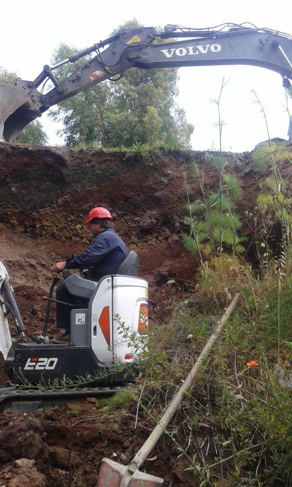 un uomo su una scavatrice in uno scavo