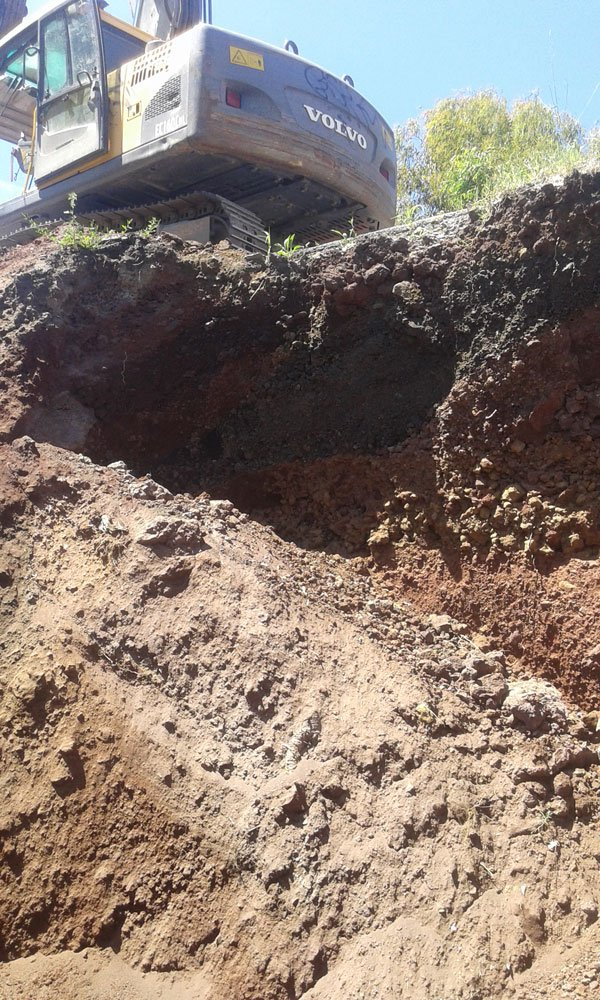 uno scavo e sopra una scavatrice